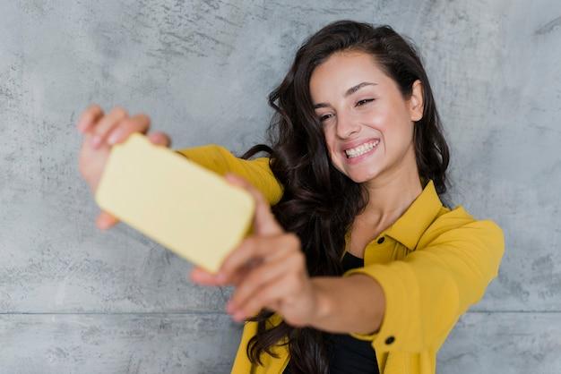 Średnio Strzał Buźkę Dziewczyna Selfie Darmowe Zdjęcia
