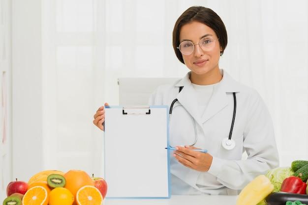 Średnio strzał dietetyk trzyma schowek Darmowe Zdjęcia