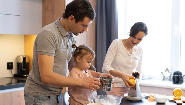 Średnio Strzał Dorosłych I Dzieciaków W Kuchni Darmowe Zdjęcia