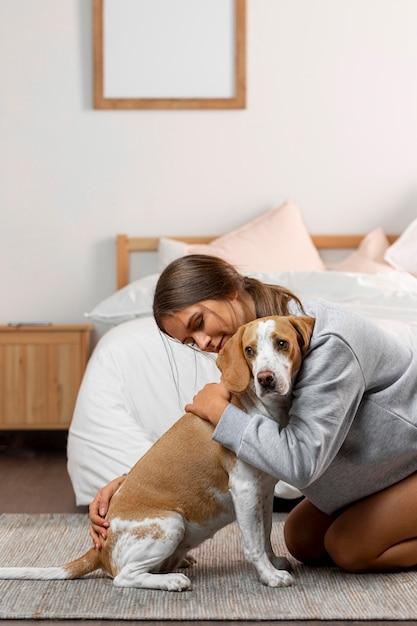 Średnio Strzał Dziewczyna Przytulająca Psa Premium Zdjęcia