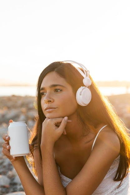Średnio Strzał Dziewczyna Słuchająca Muzyki Darmowe Zdjęcia
