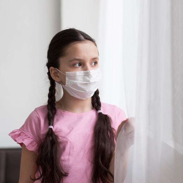Średnio Strzał Dziewczyna Ubrana W Maskę Darmowe Zdjęcia