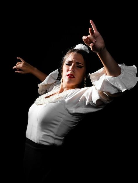 Średnio Strzał Flamenca Taniec Z Rękami Do Góry Darmowe Zdjęcia