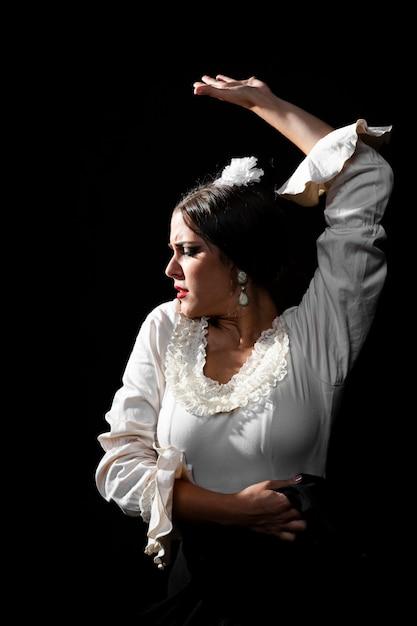 Średnio Strzał Flamenco Tancerz Podnoszący Rękę Darmowe Zdjęcia
