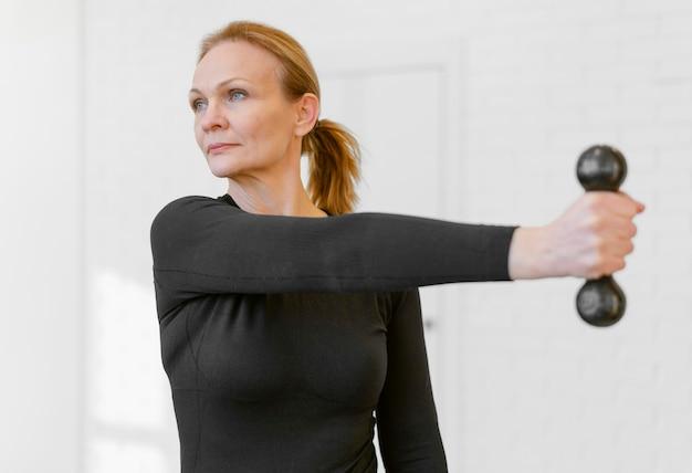 Średnio Strzał Kobieta ćwiczenia Z Hantlami Darmowe Zdjęcia