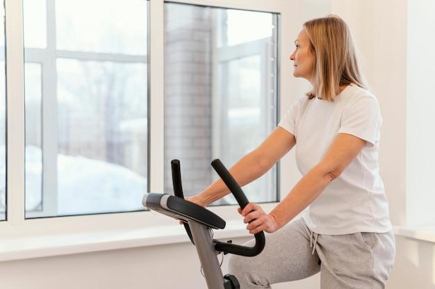 Średnio Strzał Kobieta Na Rowerze Spin Premium Zdjęcia