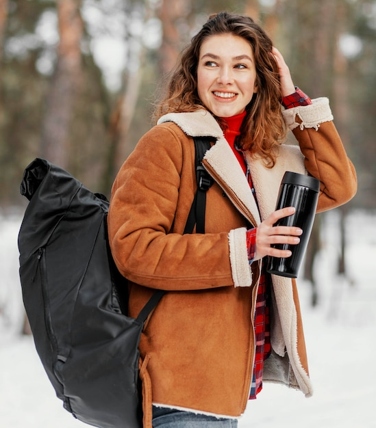 Średnio Strzał Kobieta Niosąca Plecak Darmowe Zdjęcia
