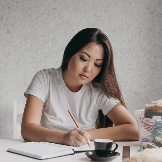 Średnio Strzał Kobieta Pisze Na Notebooku Darmowe Zdjęcia