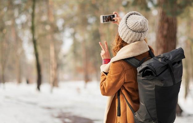 Średnio Strzał Kobieta Robi Selfie Na Zewnątrz Darmowe Zdjęcia