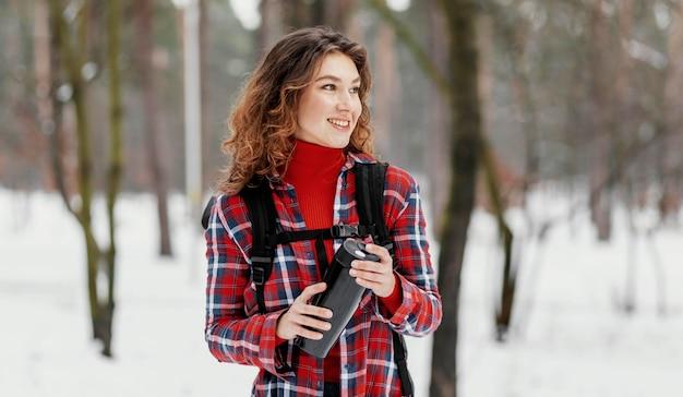 Średnio Strzał Kobieta Trzyma Termos Darmowe Zdjęcia