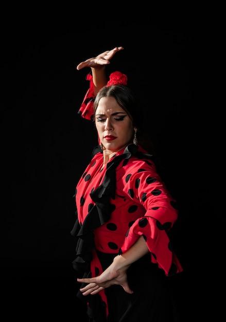 Średnio Strzał Kobieta Wykonująca Tradycyjny Taniec Darmowe Zdjęcia