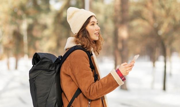 Średnio Strzał Kobiety Trzymającej Smartfon Darmowe Zdjęcia