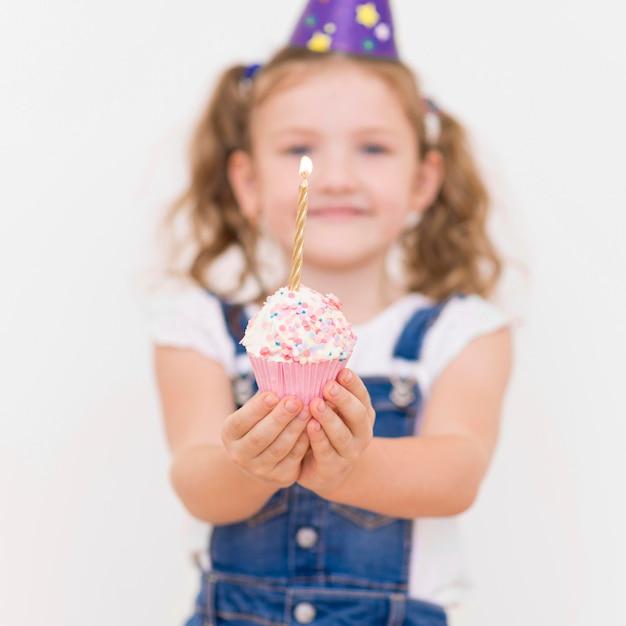 Średnio Strzał Niewyraźne Dziewczyny Trzymającej Ciastko Premium Zdjęcia
