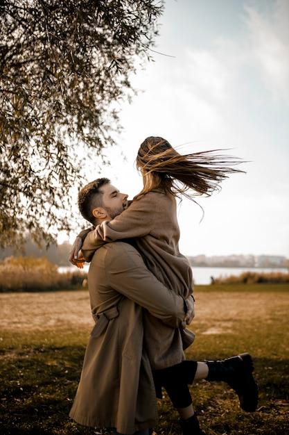 Średnio Strzał Para Przytulanie Na Zewnątrz Darmowe Zdjęcia