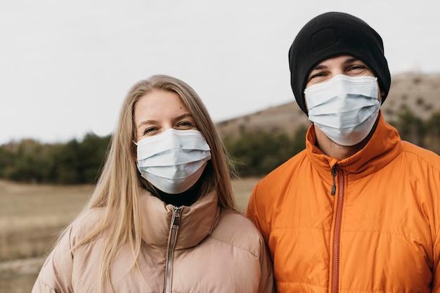 Średnio Strzał Para W Maskach Medycznych Premium Zdjęcia