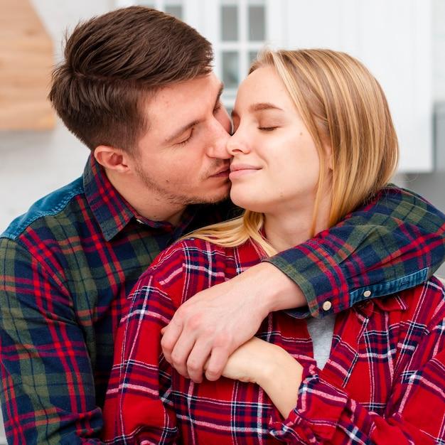 Średnio strzał para zakochanych na walentynki Darmowe Zdjęcia