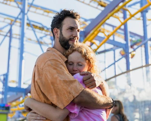 Średnio strzał para zakochanych przytulanie Darmowe Zdjęcia