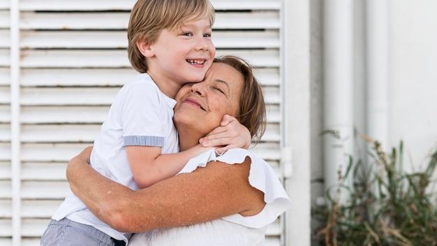 Średnio Strzał Przytulający Się Dzieciak I Babcia Darmowe Zdjęcia