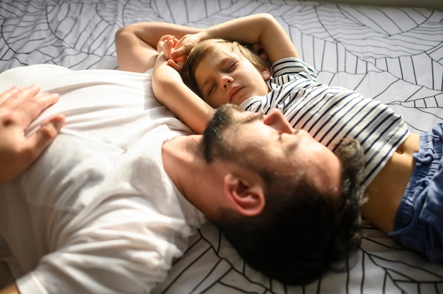 Średnio Strzał śpiącego Ojca I Syna Darmowe Zdjęcia