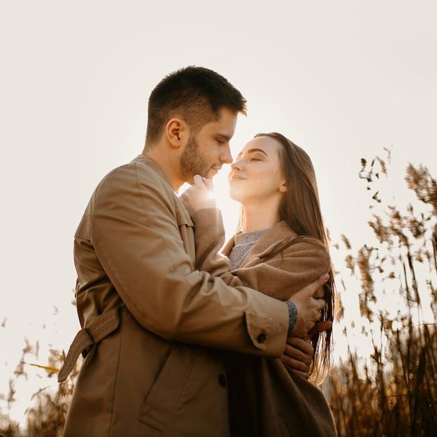 Średnio Strzał Szczęśliwa Para Pozowanie Darmowe Zdjęcia