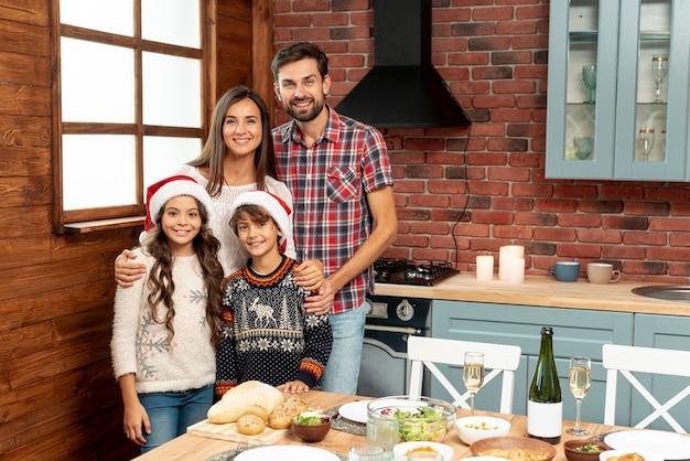 Średnio strzał szczęśliwa rodzina w kuchni Darmowe Zdjęcia
