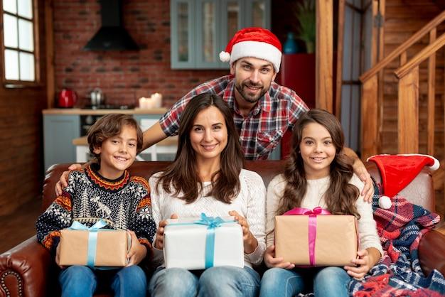 Średnio Strzał Szczęśliwa Rodzina Z Prezentami Darmowe Zdjęcia
