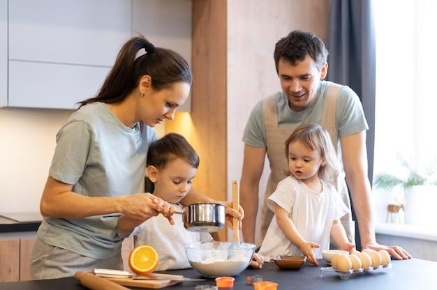 Średnio Strzał Szczęśliwe Rodzinne Gotowanie Darmowe Zdjęcia