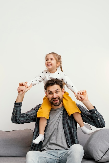 Średnio Strzał Szczęśliwy Ojciec I Dziecko Darmowe Zdjęcia