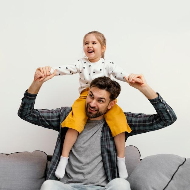 Średnio Strzał Szczęśliwy Ojciec I Dziewczynka Darmowe Zdjęcia