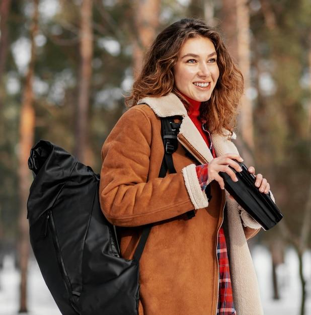 Średnio Strzał Uśmiechnięta Kobieta Niosąca Plecak Darmowe Zdjęcia