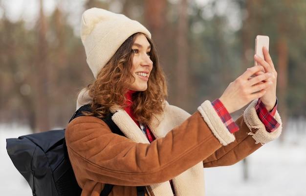 Średnio Strzał Uśmiechnięta Kobieta Robi Selfie Darmowe Zdjęcia