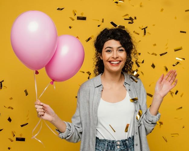 Średnio Strzał Uśmiechnięta Kobieta Trzyma Balony Darmowe Zdjęcia