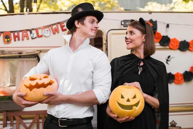 Średnio Strzał Uśmiechnięta Para Ubrana W Kostiumy Premium Zdjęcia