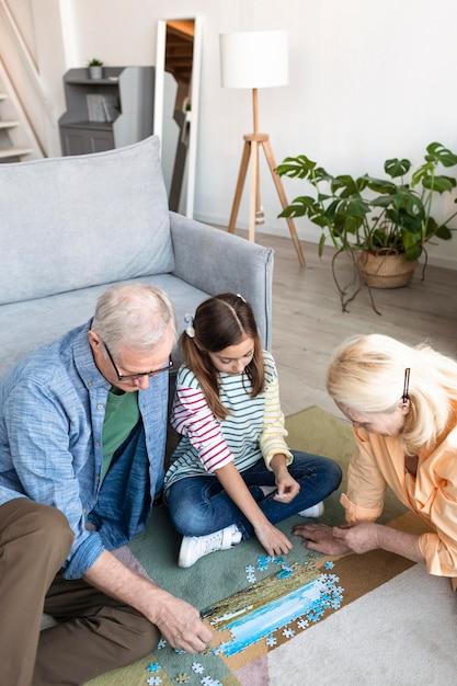 Średnio Ujęcia Dziadkowie I Dziecko Układają Puzzle Darmowe Zdjęcia