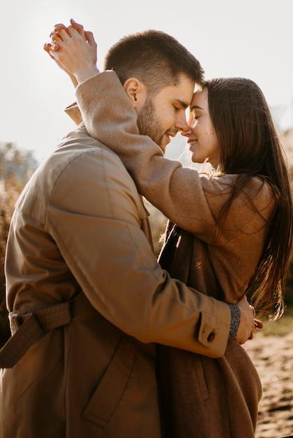 Średnio Ujęcia Para Romantyczna Darmowe Zdjęcia
