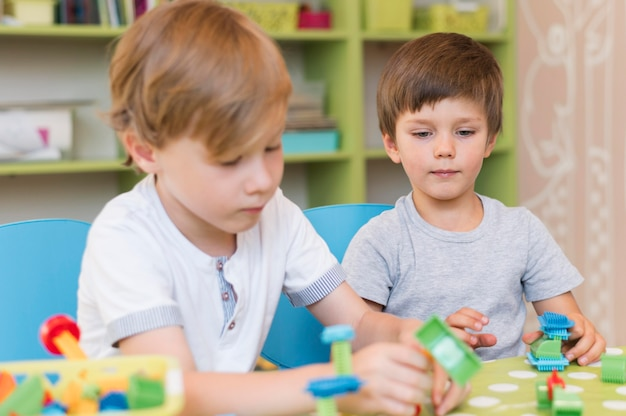Średnio Ujęcie Dzieci Bawiących Się Zabawkami Darmowe Zdjęcia