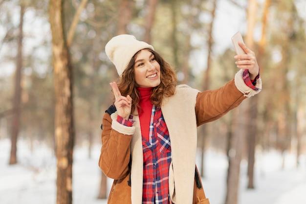 Średnio Ujęcie Kobiety Robiące Selfie Darmowe Zdjęcia