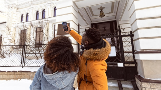 Średnio Ujęcie Para Przy Selfie Premium Zdjęcia