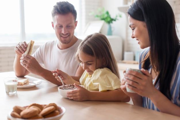Średnio Ujęcie Rodziny Jedzącej Razem Darmowe Zdjęcia