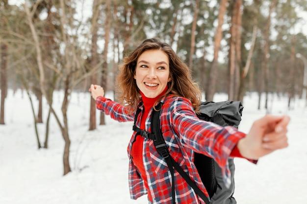 Średnio Ujęta Kobieta Czująca Się Wolna Darmowe Zdjęcia