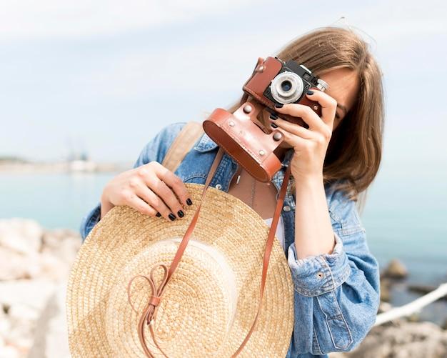 Średnio Ujęty Turysta Fotografujący Darmowe Zdjęcia
