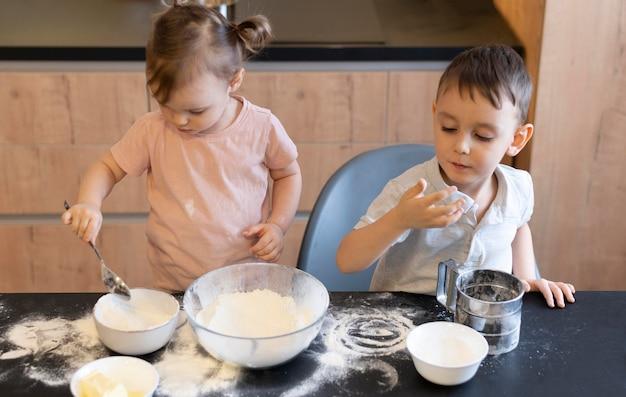 Średnio Zastrzelone Dzieci W Kuchni Darmowe Zdjęcia