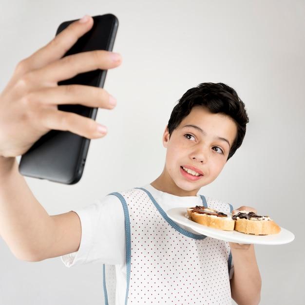 Średnio Zastrzelony Dzieciak Robi Selfie Darmowe Zdjęcia
