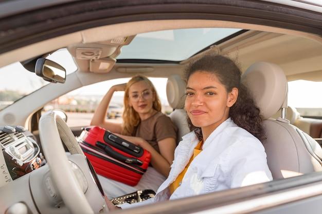 Średnio Zdjęcia Kobiet Podróżujących Samochodem Darmowe Zdjęcia
