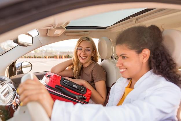 Średnio Zdjęcia Kobiet Z Bagażem W Samochodzie Darmowe Zdjęcia