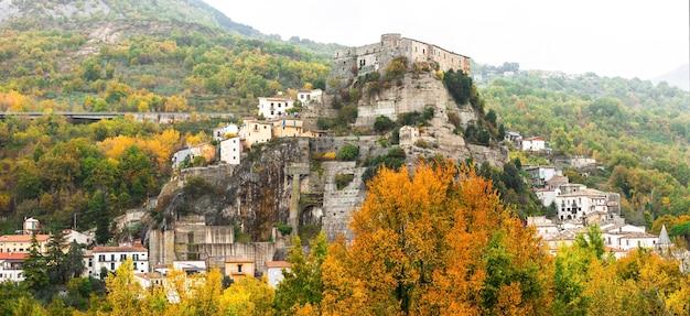 Średniowieczna Wioska Cerro Al Volturno (castello Pandone) W Molise We Włoszech Premium Zdjęcia