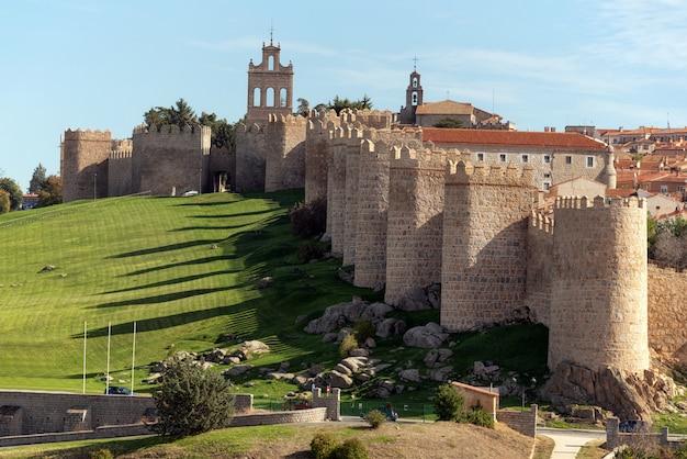 Średniowieczne Mury Miejskie W Avila, Castilla Y Leon, Hiszpania. Uważany Za Najlepiej Zachowany W Europie. Premium Zdjęcia