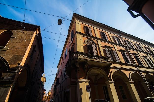 Średniowieczny Portyk Uliczny Z Kolorowymi Domami Na Starym Mieście W Słoneczny Dzień, Bolonia, Emilia-romagna, Włochy Darmowe Zdjęcia