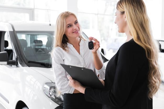 Środek Strzelający Kobieta Kupuje Nowego Samochód Darmowe Zdjęcia