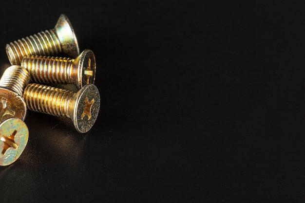 Śruby Na Czarnym Tle Premium Zdjęcia